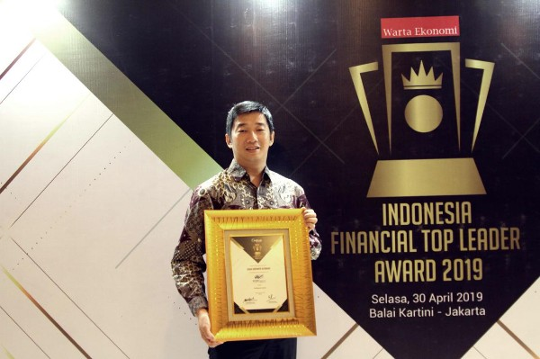 WOM Finance Raih Penghargaan Top Leader