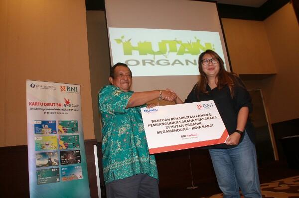 Penyerahan Bantuan BNI untuk Pengelolaan Hutan Organik