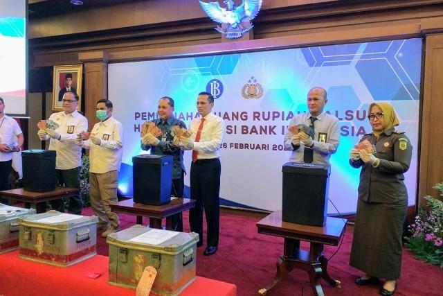 BI dan Polri Musnahkan 50.000 Lembar Uang Rupiah Palsu