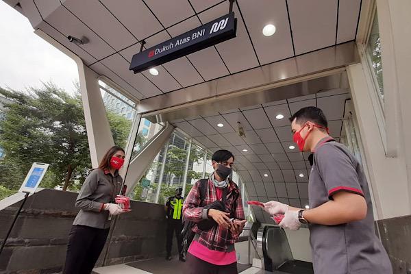 Bank DKI Bagikan Masker ke Penumpang MRT